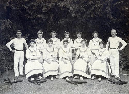 Vorturnerinnen: Die erste Frauenriege des TVF von 1909. Bild: TV Frauenstein